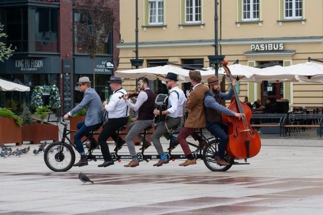 Orkiestra Na Dużym Rowerze to muzyczny projekt Miejskiego Centrum Kultury w Bydgoszczy. Zespół tworzy sześciu muzyków na sześcioosobowym rowerze