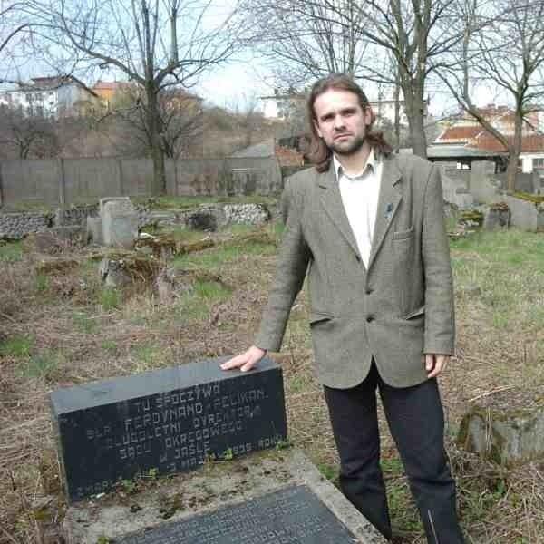 - Tu spoczywa Ferdynand Pelikan, długoletni dyrektor Sądu Okręgowego w Jaśle - pokazuje Dominik Wróbel.