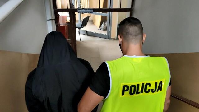 42-latek jest recydywistą. Był już wcześniej karany za wymuszenie rozbójnicze Złodziejowi może grozić do 7,5 roku więzienia.