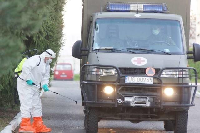 Zakażeni koronawirusem mieszkańcy Domu Pomocy Społecznej w Kaliszu zostali przewiezieni do szpitala jednoimiennego w Poznaniu. Wojskowe karetki w eskorcie policji przetransportowały w sumie 28 osób.Kolejne zdjęcie -->