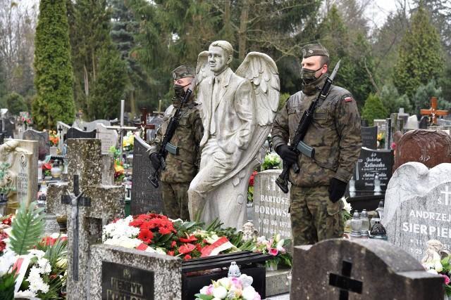 Kwiaty i znicze na grobach gorzowskich ofiar katastrofy smoleńskiej zostały złożone w godzinę tragedii.