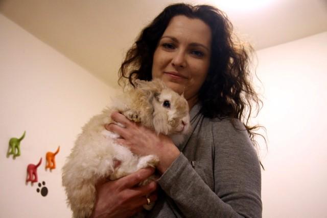 Pani Karolina z jednym z królików, które obecnie czekają na dom.