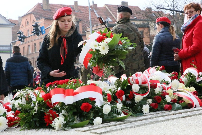 Harcerki składają kwiaty przed pomnikiem w Międzyrzeczu.