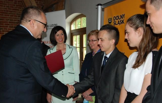 zDolny Śląsk szansą dla utalentowanychSamorząd województwa każdego roku pomaga setkom młodych ludzi pogłębiać swoje zainteresowania naukowe i tworzyć podstawy pod przyszłe kariery