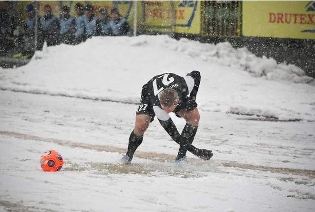 Obfity śnieg padał w czasie meczu Drutex-Bytovia Bytów-Tur Turek.