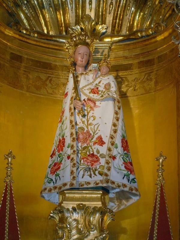 """Cudowna figura Matki Bożej Rzeszowskiej w sukience """"różanej""""."""