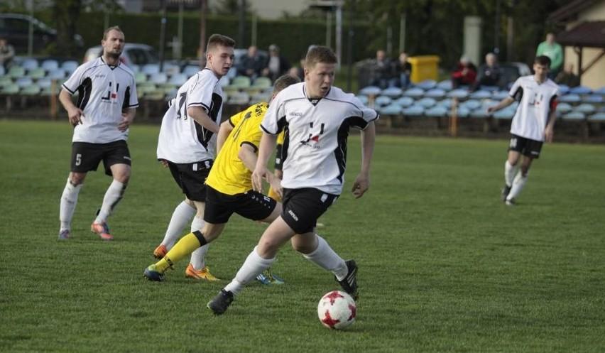 KS Krasiejów (białe koszulki) utrzymał się w 4 lidze