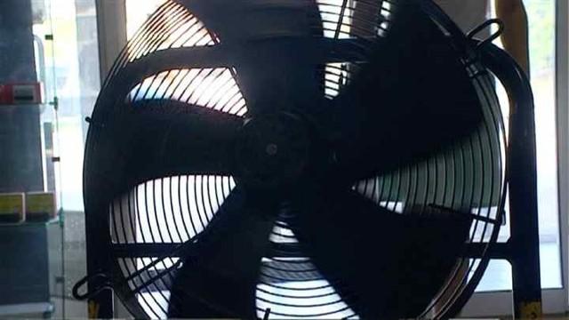 Wiatrak na letnie upałyJak radzić sobie w domu w upalne dni. Klimatyzacja czasem szkodzi (FILM)