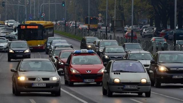 Cmentarz Doły. Korki szykują się na ulicach w okolicy skrzyżowania ulic Wojska Polskiego, al. Palki i Strykowskiej