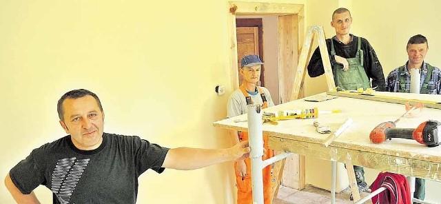 – Grupa liczy pięciu mężczyzn, docelowo ma być ośmiu – mówi Andrzej Wilczyński, instruktor grupy remontowo- budowlanej w CIS Stargard, nadzorujący prace.