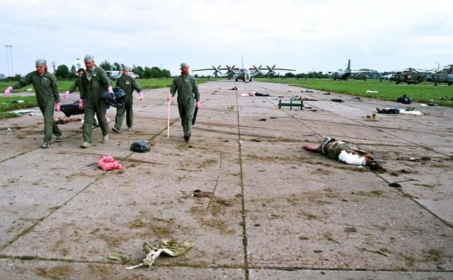 Szczątki zabitych podmuch wybuchu rozrzucil po calej okolicy.