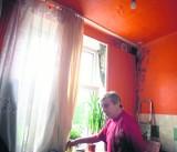 Fatalne warunki w mieszkaniu przy Antoniewskiej. Grzyb na ścianach, cieknąca woda z sufitu...