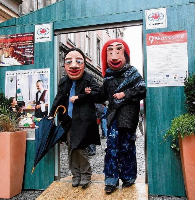 """Przejście przez umowne drzwi ma połączyć dwa pozornie odległe światy: ludzi zdrowych i chorujących psychicznie. Kampania """"Schizofrenia - otwórzcie drzwi"""" realizowana jest w Polsce od września 2000 roku"""
