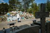 Cmentarze w Bydgoszczy toną w śmieciach. Jak rozwiązać problem ton odpadów pozostawionych na nekropoliach?