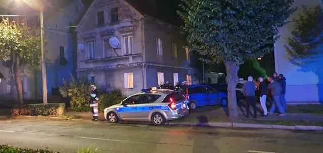 W niedzielę wieczorem to czujność jednego z mieszkańców uratowała życie kilku osób. Strażacy przypominają: warto zainwestować w czujnik tlenku węgla i dbać o przewody kominowe.