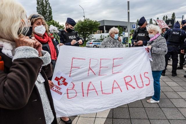 Demonstracja poparcia dla białoruskich opozycjonistów przed finałem Ligi Europy na Polsat Plus Arenie Gdańsk