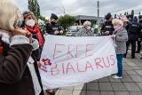 """""""Niech Europa usłyszy!"""". Demonstracja w obronie prześladowanych Białorusinów przed finałem Ligi Europy w Gdańsku"""