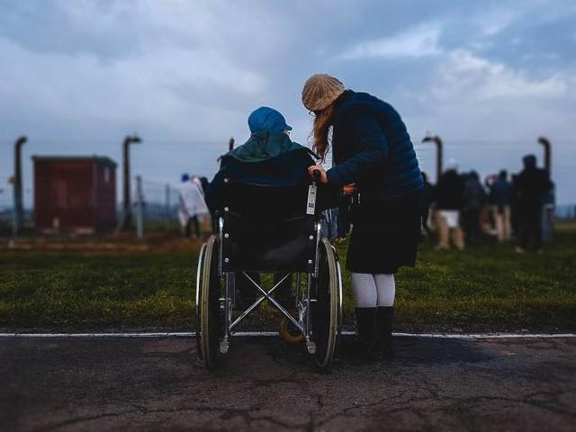 """Wnioski o świadczenie 500 plus dla niepełnosprawnych można składać od września 2019 roku. Wypłaty 500 Plus dla osób """"niesamodzielnych"""" ruszyły natomiast w październiku 2019 roku."""