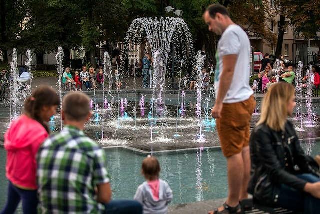 Woda - idealne miejsce do wypoczynku w mieście. Szczególnie w  połączeniu z muzyka i światłem. Niestety, ta rozrywka kosztuje słono.