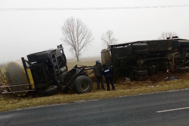 Prawdopodobnie awaria zawieszenia była przyczyną przewrócenia się ciężarówki z przyczepą w Wójcinie (gm. Piotrków Kujawski).Do zdarzenia doszło dziś,  25 bm., około godz. 10.20 w Wójcinie na drodze wojewódzkiej nr 266 relacji Piotrków Kujawski - Sompolno.Jak wstępnie ustalili policjanci, prawdopodobnie przyczyną zdarzenia była awaria zawieszenia w ciężarówce. Następnie pojazd z przyczepą zjechał na pobocze, gdzie zestaw przewrócił się. Szczęśliwie kierujący nie odniósł obrażeń, był trzeźwy.Policjanci apelują o zachowanie ostrożności w tym miejscu, szczególnie podczas podnoszenia pojazdu. Na miejscu są także obecni strażacy, którzy zabezpieczają miejsce zdarzenia.INFO Z POLSKI odc.19 - przegląd najciekawszych informacji ostatnich dni w kraju.