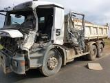 Zderzenie koparki i wywrotki na budowie drogi S5 pod Bydgoszczą. Kierowca wypadł z pojazdu [zdjęcia]