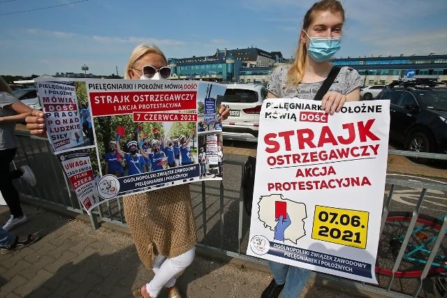 Protest pielęgniarek przed USK przy ulicy Borowskiej we Wrocławiu.