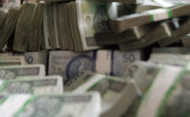Kobieta wypłaciła pieniądze, wyszła z banku i... zaczęła mieć wątpliwości.