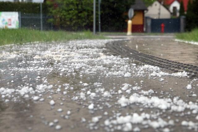 Prognozuje się wystąpienie miejscami burz z opadami deszczu do 25 mm oraz porywami wiatru do 70 km/h. Lokalnie opady gradu.