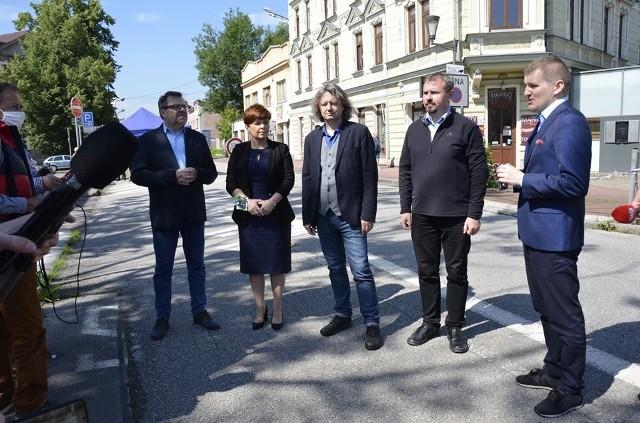 Władze Cieszyna i Uniwersytetu Śląskiego zorganizowały wspólną konferencję na granicznym Moście Przyjaźni, by pokazać, jak ważne są otwarte granice dla regionu i lokalnej społeczności. Przesuwaj gestem lub za pomocą strzałki, by zobaczyć kolejne zdjęcie