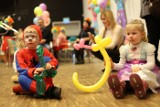 Klauny, kuglarze oraz żonglerzy opanowali Europejskie Centrum Bajki imienia Koziołka Matołka w Pacanowie! [ZDJĘCIA, wideo]