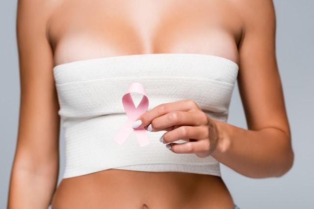 Gwiazdy, które poddały się mastektomii profilaktycznie lub w ramach leczenia nowotworu pokazują, że usuwając piersi, wygrały życie. Zobaczcie sami na kolejnych slajdach>>>