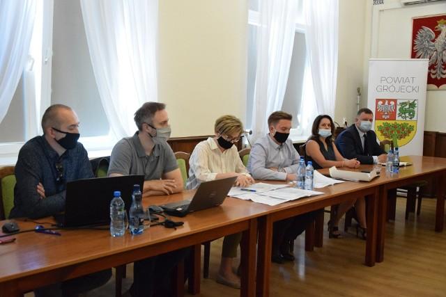 Przedstawiciele samorządów gminnych spotkali się ze starostą powiatu grójeckiego 10 czerwca w sprawie skonsultowania koncepcji na zagospodarowanie terenu po dawnym amfiteatrze w Grójcu.