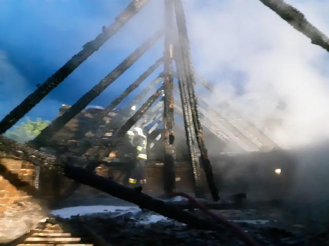 W czwartkowy wieczór Stanowisko Kierowania KP PSP w Białogardzie zostało zaalarmowane o pożarze budynku gospodarczego w miejscowości Nawino w powiecie białogardzkim. Do działań gaśniczych zostało zadysponowanych sześć zastępów ratowniczych. Po przyjeździe na miejsce zdarzenia stwierdzono, że palą się pomieszczenia i dach budynku gospodarczego. Działania strażaków polegały na podaniu prądów wodnych na palący się obiekt i obronę zagrożonego budynku mieszkalnego. Prąd piany gaśniczej skierowano na palące się plastikowe pojemniki oraz wyposażenie obiektu. Punkt czerpania wody gaśniczej utworzono na pobliskiej rzece, skąd przez przepompowywanie dostarczano do miejsca pożaru. Po lokalizacji pożaru strażacy przystąpili do prac rozbiórkowych części poddasza i wynoszenia palących się elementów wyposażenia na zewnątrz budynku. Celem wyeliminowania ukrytych zarzewi ognia pogorzelisko sprawdzono kamerą termowizyjną. Prawdopodobną przyczyna pożaru było podpalenie, a straty oszacowano na 150 tys. zł, w tym w budynku na 100 tys. zł. W działaniach brali udział strażacy z JRG w Białogardzie oraz druhowie z jednostek OSP w: Karlinie, Stanominie, Rogowie, Kościernicy.Zobacz także Wypadek na ulicy Gnieźnieńskiej w Koszalinie