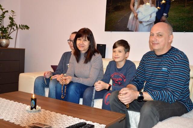 Aneta i Sławomir Seroczyńscy z Opola - Nowej Wsi Królewskiej razem z córką Julią i synem Adamem modlą się codziennie na różańcu za wszystkich chorych i tych, którzy się o nich troszczą oraz o ustanie epidemii.