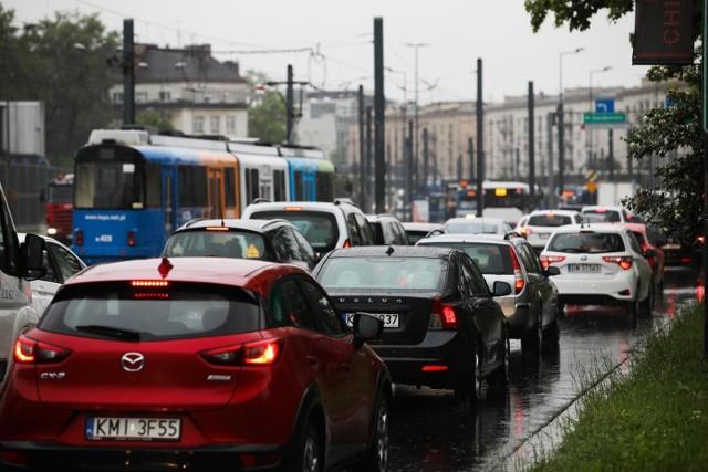 Każda pora roku wymaga od nas odpowiedniego przygotowania auta do warunków panujących na drodze. Tylko to zagwarantuje nam pełen komfort i wygodę jazdy, a co najważniejsze – bezpieczeństwo. Eksperci Santander Consumer Multirent podpowiadają na co zwrócić uwagę, mając na względzie zbliżającą się jesień?
