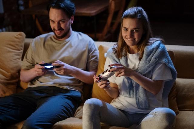 Największą popularnością w sklepach cieszą się naprzemiennie dwie produkcje: FIFA 21 oraz Cyberpunk 2077[/b].  Cyberpunk 2077 wyprodukowany został przez polskiego producenta CD Projekt Red, odpowiedzialnego m.in. za Wiedźmina 3: Dziki Gon.