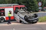 Groźny wypadek na Przybyszewskiego w Łodzi. Dachowanie samochodu dostawczego. Jedna osoba ranna ZDJĘCIA