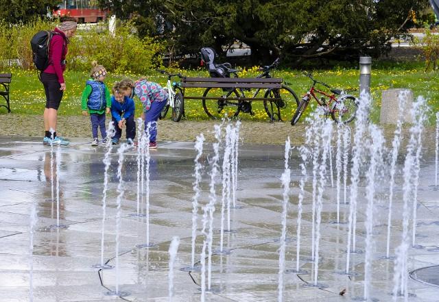 Fontanna Cosmopolis, podobnie jak inne toruńskie wodotryski, musi konkurować z deszczem. Według prognoz w niedzielę ma być jednak ponad 20 stopni Celsjusza