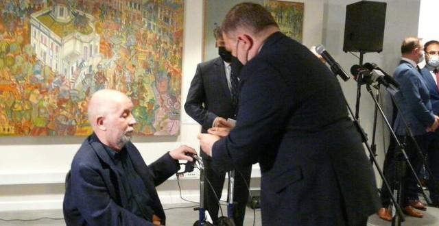 Za zasługi dla kultury Mieczysław Szewczuk został uhonorowany przez ministra Piotr Glińskiego medalem Gloria Artis. W imieniu ministra kultury medal wręczył senator Wojciech Skurkiewicz.