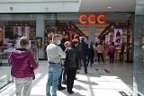 Tłumy ludzi w Galerii Echo w Kielcach. W pierwszą sobotę po lockdownie ruszono na zakupy. Kolejki do sklepów [ZDJĘCIA]