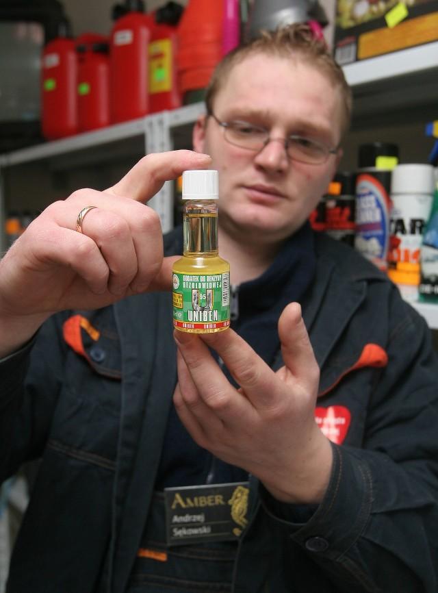 Andrzej Sękowski ze stacji Amber pokazuje mieszankę potasową o nazwie Uniben. Sprzedawana jest w pojemnikach 60 ml. Całą tę objętość należy wlać do 60 litrów benzyny Pb 95.