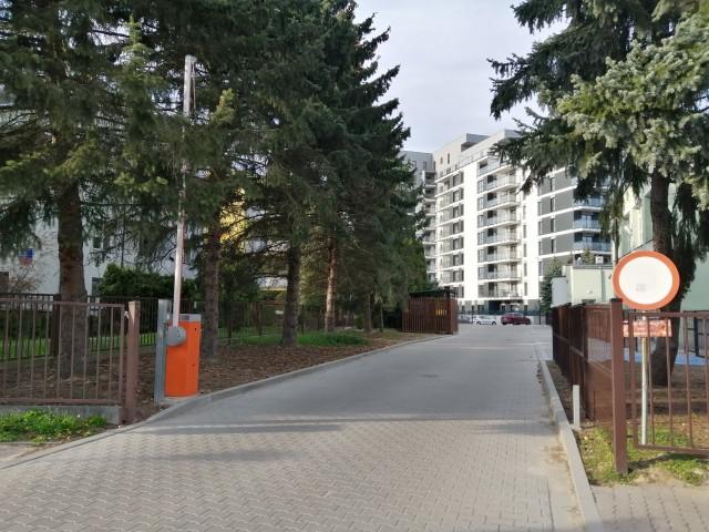 Mieszkańcy okolicznych bloków i rodzice uczniów narzekają, że wjazd do nowych budynków odbywa się przez teren szkoły