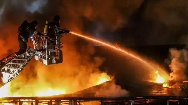 Pożar w zakładach chemicznych w OświęcimiuZobacz kolejne zdjęcia. Przesuwaj zdjęcia w prawo - naciśnij strzałkę lub przycisk NASTĘPNE