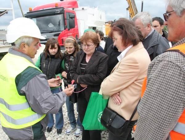Wśród uczestników zwiedzania kopalni duże zainteresowanie wzbudzały metody odpalania ładunków wybuchowych. Na zdjęciu pracownik kopalni prezentuje urządzenie inicjujące wybuch.