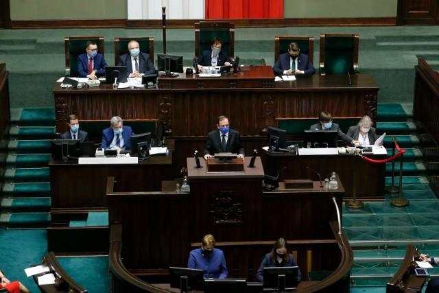 Trzynasta emerytura 2021 jest gwarantowana obowiązującą ustawą. Czternastą na 2021 r. dopiero ustawa musi ustanowić. Podobnie jak zatwierdzić wysokość najniższej emerytury 2021, która ma być bazą dla dodatkowych świadczeń.  Sejm właśnie w czwartek 21 stycznia uchwalił obie niezbędne ustawy.