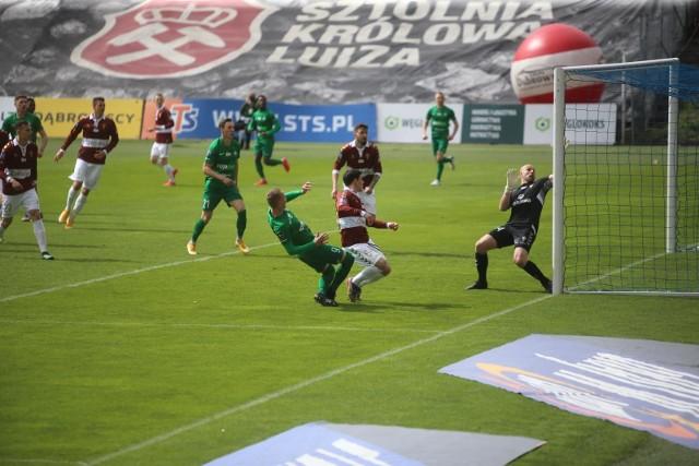 Górnik Zabrze przegrał z Wartą Poznań 1:2, choć zagrał w nowych koszulkach Zobacz kolejne zdjęcia. Przesuwaj zdjęcia w prawo - naciśnij strzałkę lub przycisk NASTĘPNE