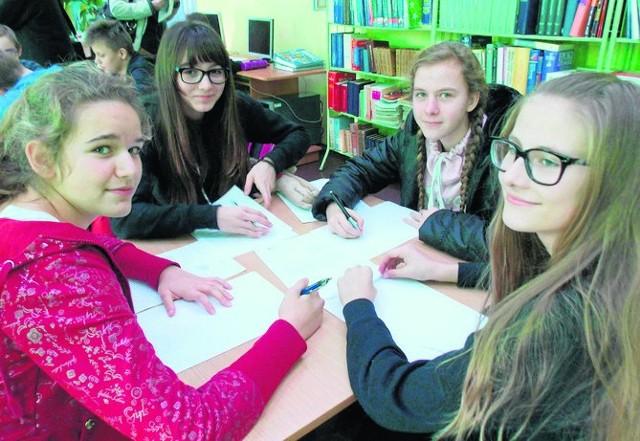 Uczniowie listy piszą