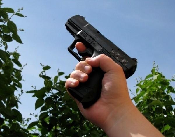 Policjant kilkukrotnie ostrzegł mężczyzn, że użyje broni. Ale to nie pomogło. Dopiero strzały ostrzegawcze ostudziły ich zapał.