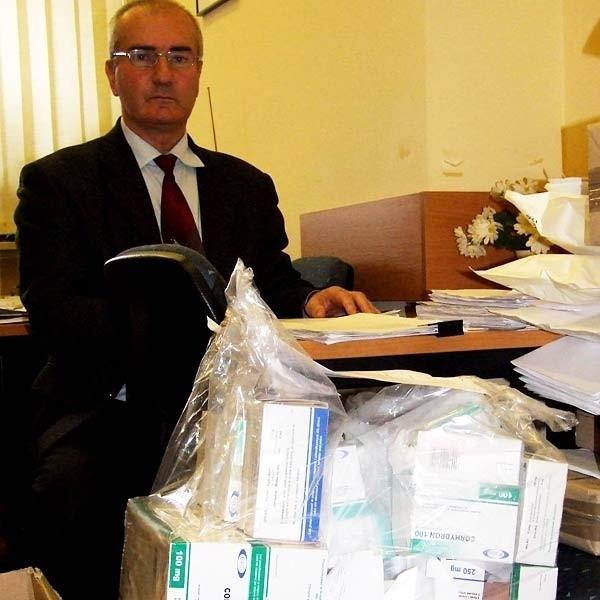 Prokurator Edward Podsiadły przygotowuje fiolki z corhydronem do transportu.