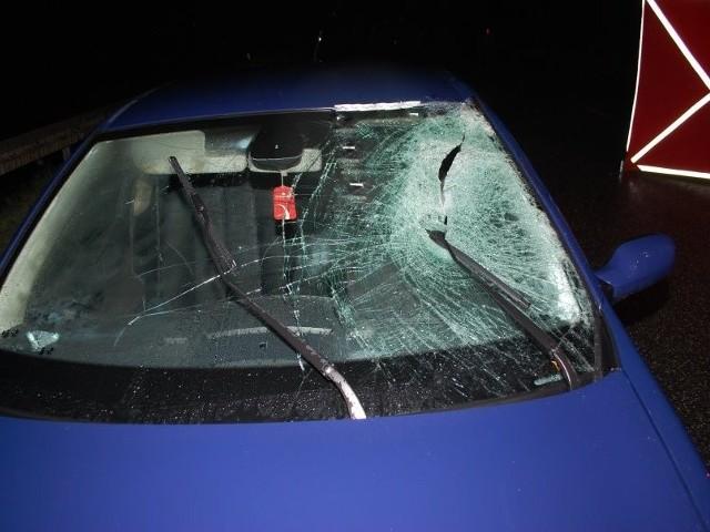 Do tragicznego w skutkach wypadku doszło w miejscowości Warzyce około godziny 22:20, na drodze wojewódzkiej nr 988 relacji Jasło - Rzeszów. Jak wstępnie ustalili policjanci, 22-letni mieszkaniec powiatu strzyżowskiego kierujący osobowym renault potrącił 43-letniego mężczyznę. Obrażenia były na tyle poważne, że mężczyzny nie udało się uratować.  Na miejscu wypadku pod nadzorem prokuratora pracowali policjanci z grupy dochodzeniowo-śledczej. Przeprowadzone badanie wykazało, że kierowca samochodu był trzeźwy. ZOBACZ TEŻ: 3-latek śmiertelnie potrącony pod Przemyślem